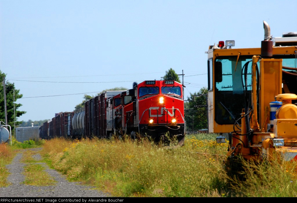 CN 401 at Laurier station. We can see a Track mobile on the loading.