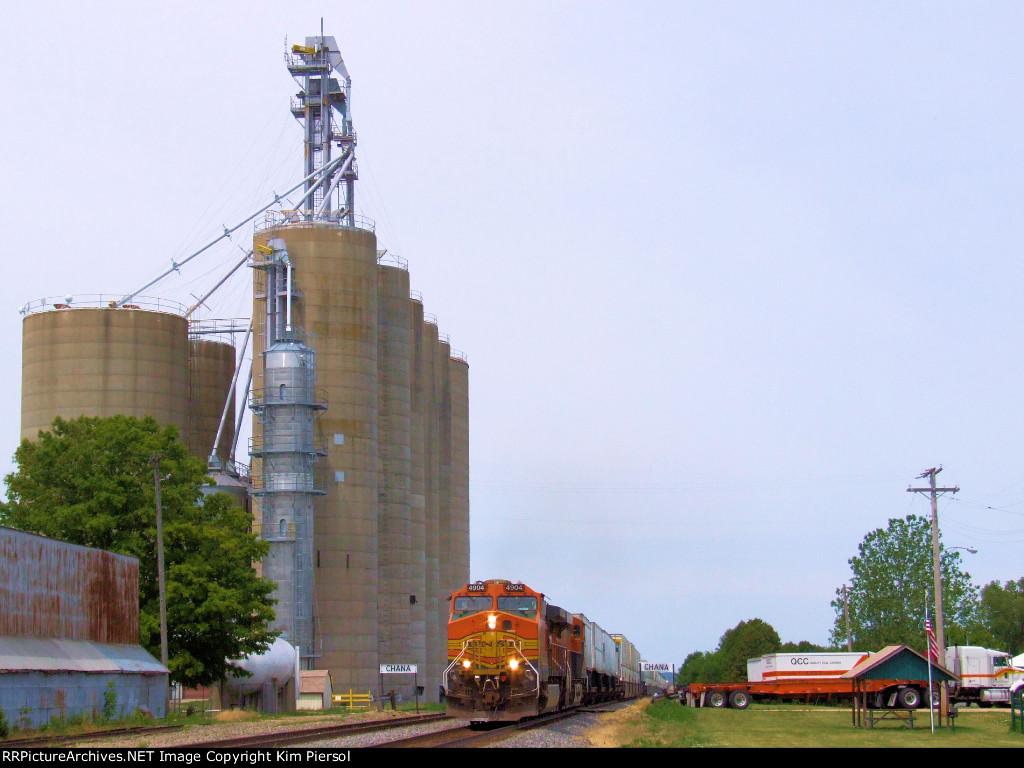 BNSF 4904 at the Chana Grain Towers