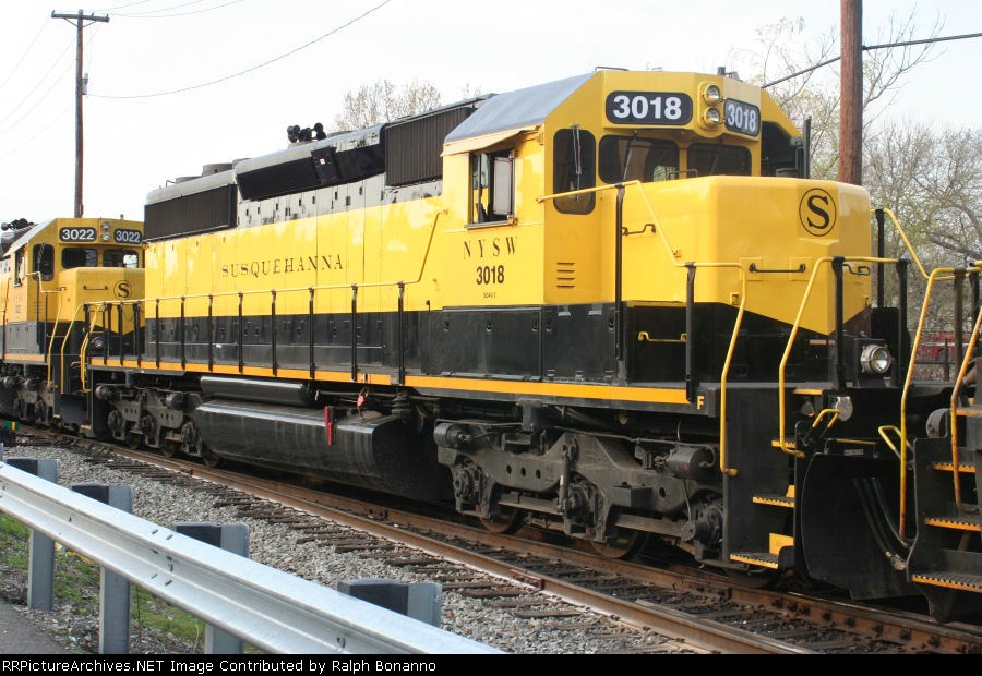 SD40 # 3018 waits to roll west  on SU-99