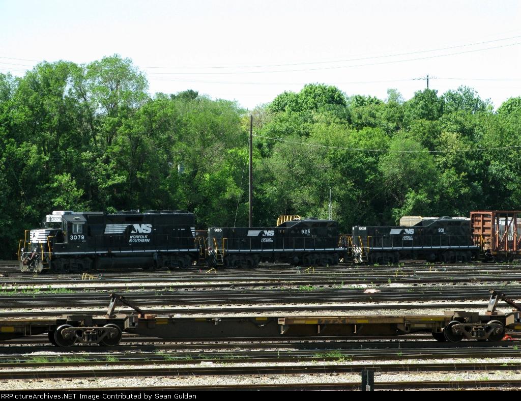 NS EMD GP40-2 3079 with RP-E4D's 925 & 931