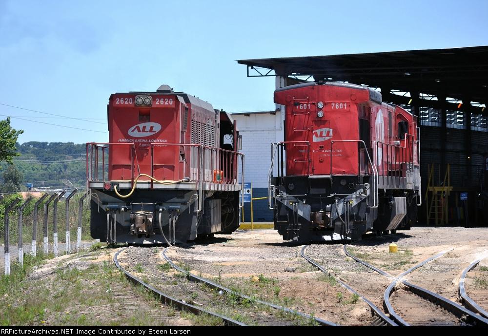 ALL 2620 (UMM21C ex. GE U20C) and ALL 7601 (C30-7) at the Iguacu shop Curitiba Nov 2010