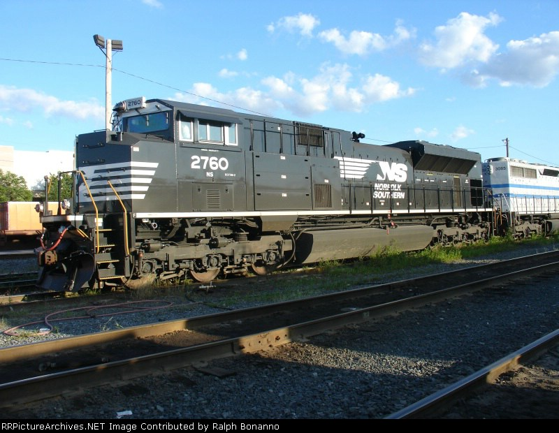 A somewhat broader view of NS SD70M-2 2760 on Q273-08