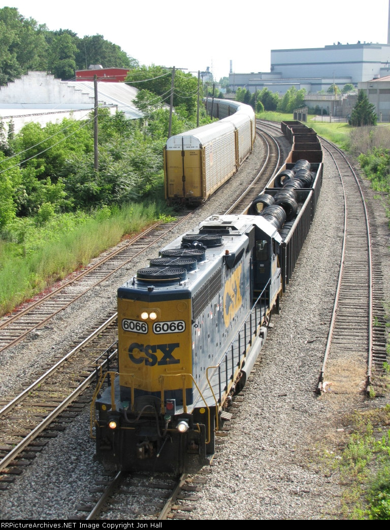CSX 6066 leads Y221 towards its work on the west side