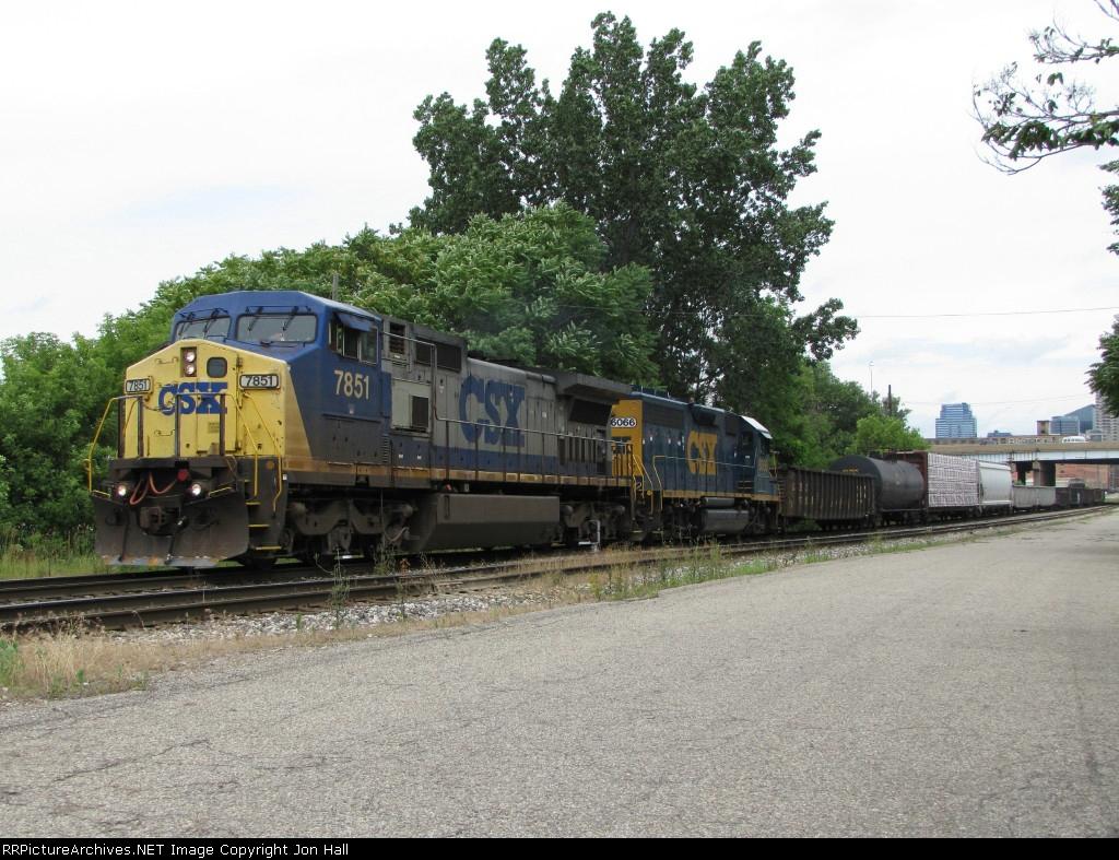 CSX 7851 & 6066 lead L326-22 east through Sunnyside