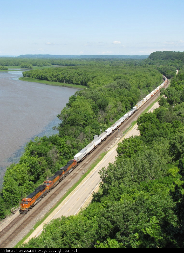 BNSF 7302 leads the Z-STPCHC along the Mississippi River
