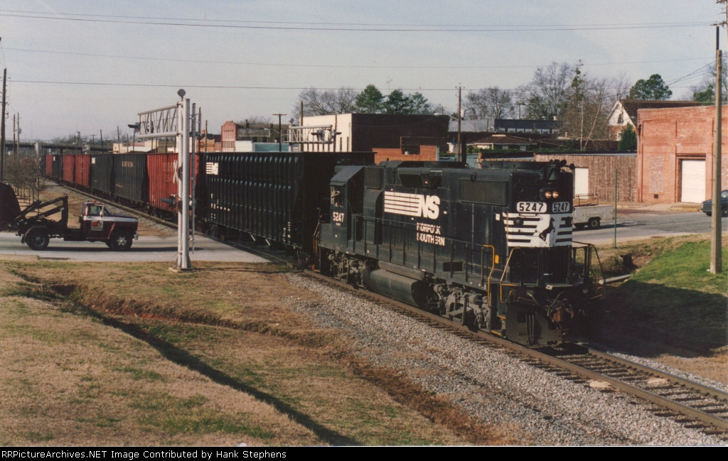 NS 5247 enters CSX trackage on its way to Roanoke Jct in 1994 with a string of woodchip cars.