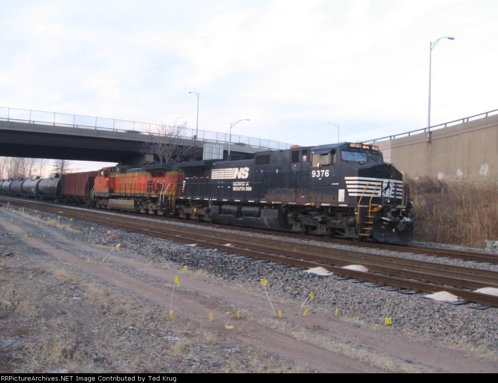 NS 9376 & BNSF 658