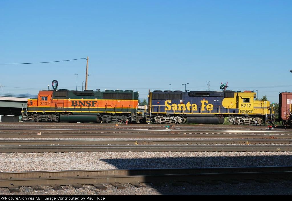 BNSF 3201 & BNSF 8717 Working The BNSF Yard
