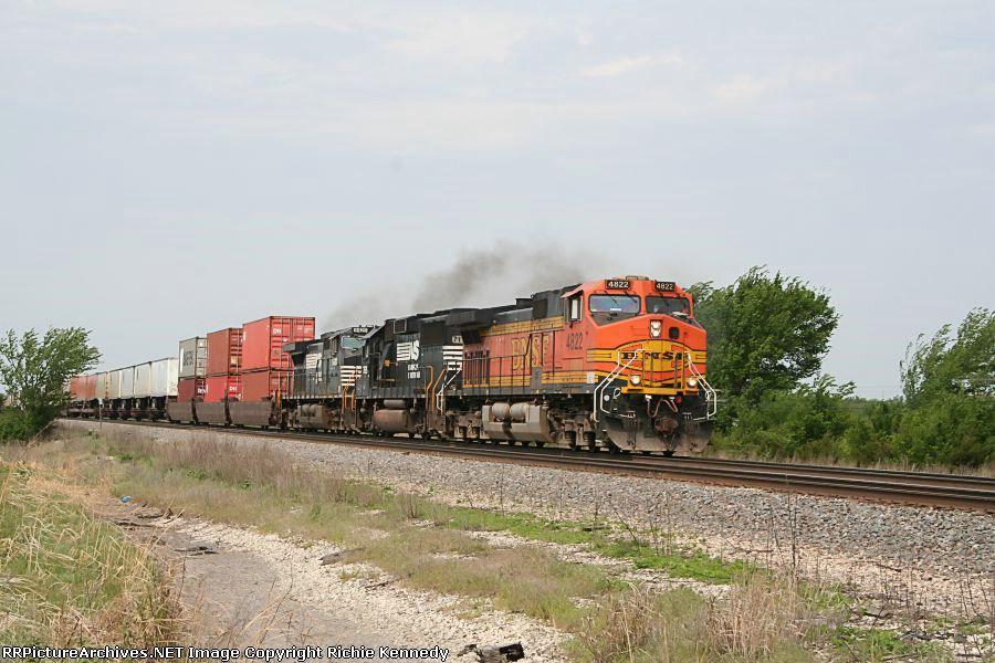 BNSF 4222 + 2 dark horses
