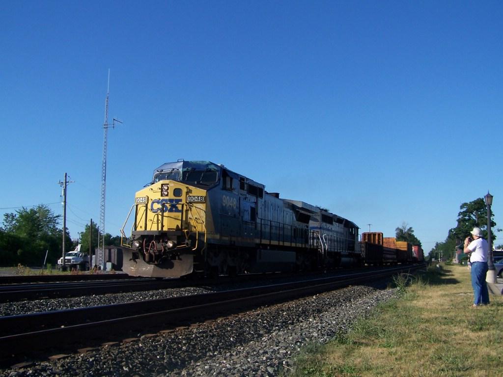CSX 9048 & gray unit