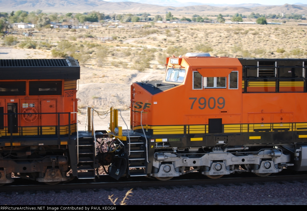 BNSF 7909 rolls west behind BNSF 7525 as they pass me pulling a Z.