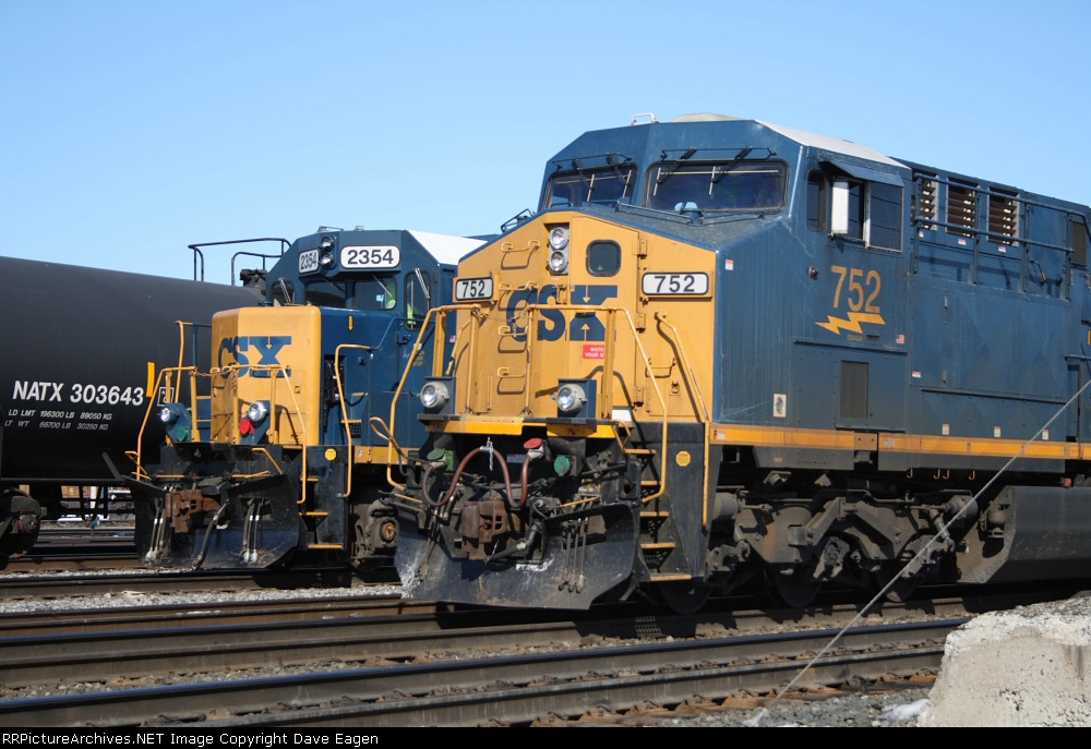 CSX 2354 and CSX 752 line up at CSX's Frontier Yard