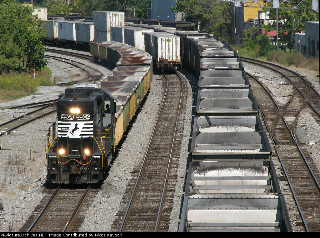 NS 5564 running LHF past a blockade of stopped trains