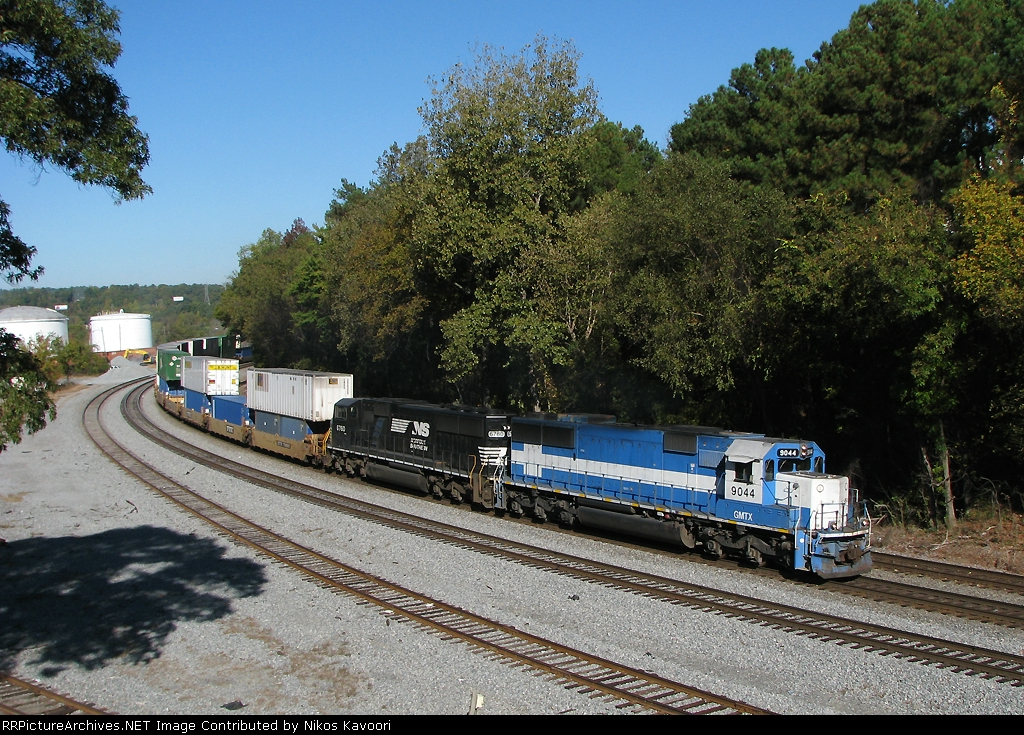 A pair of SD60 variants lead a short on time 295 into Inman