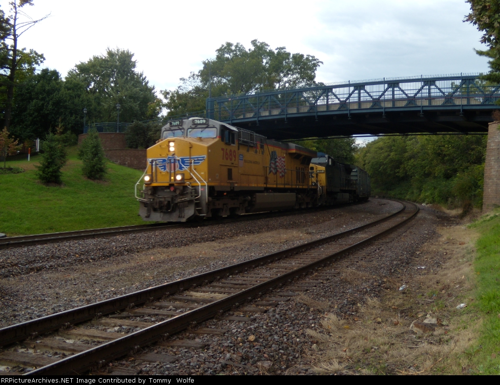 UP 7689 and CSX 77 lead the QNPINP eastbound