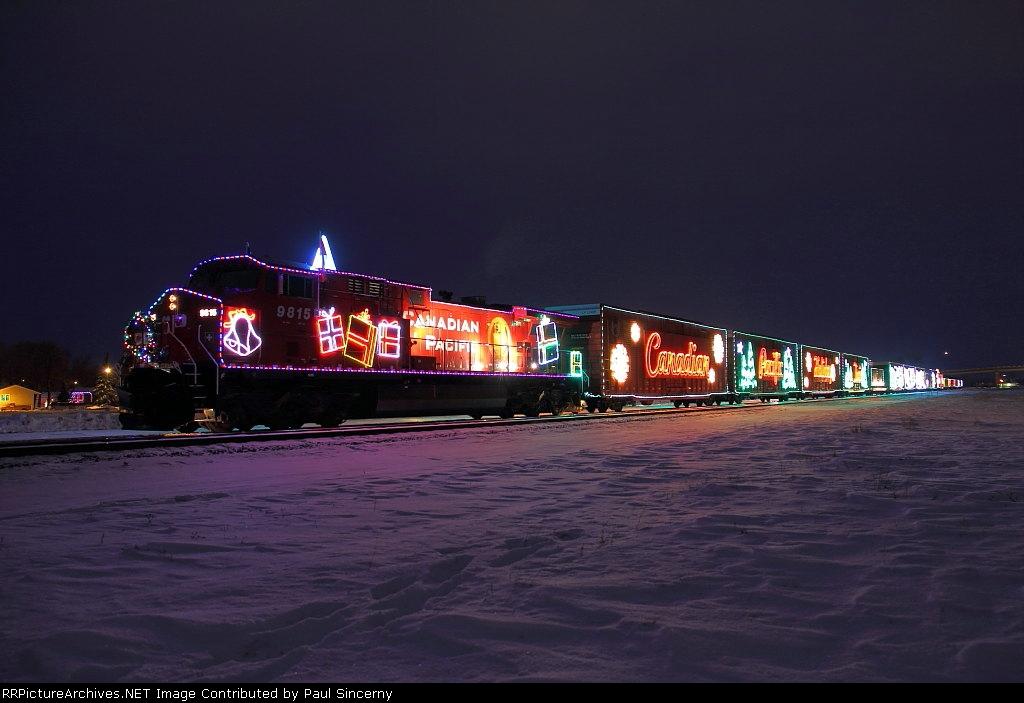 CP9815_HolidayTrain_Portage2_5dec2010