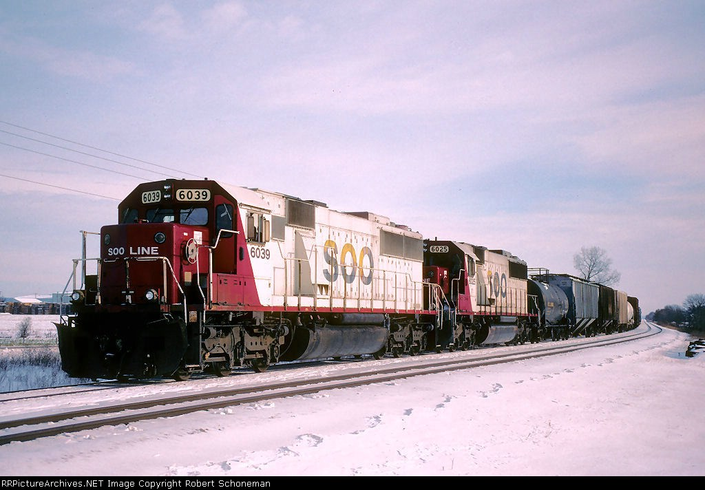 WB Soo 6039-6025 T287 await for a meet with T486, with two more R&W EB Soo SD60s. Getting rarer...