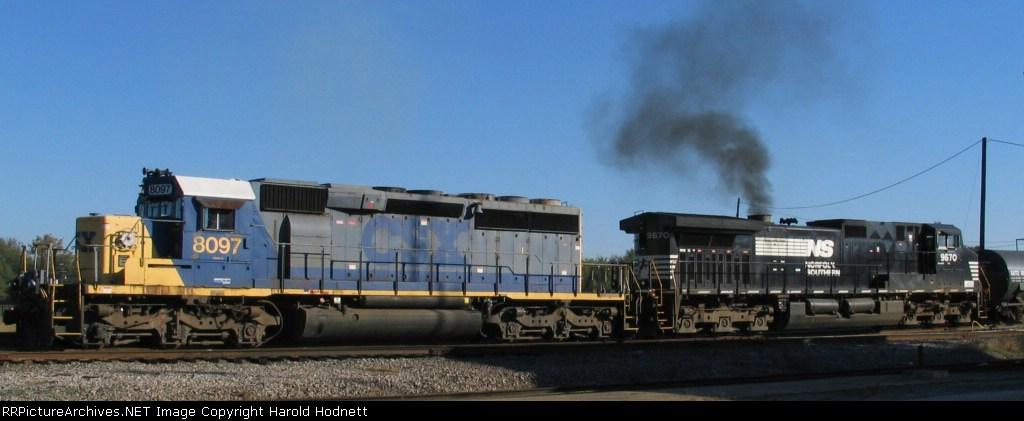 CSX 8097 & NS 9670 lead a CSX train southbound