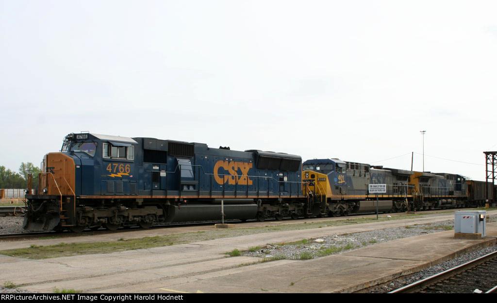 CSX 4766 leads a southbound train