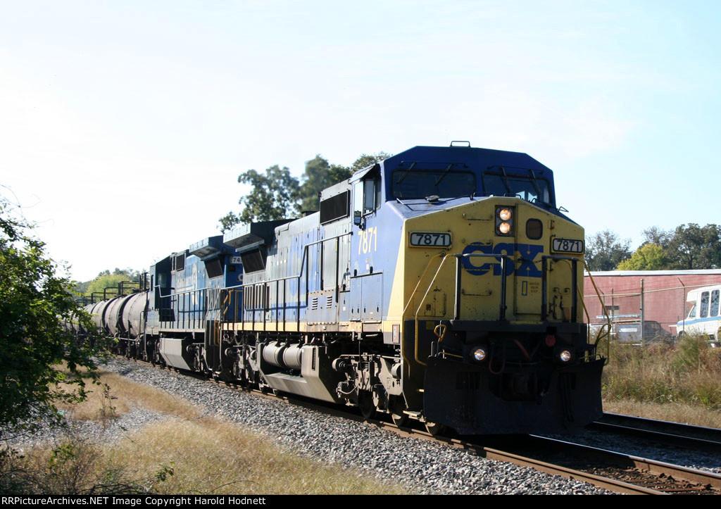CSX 7871 leads a train northbound