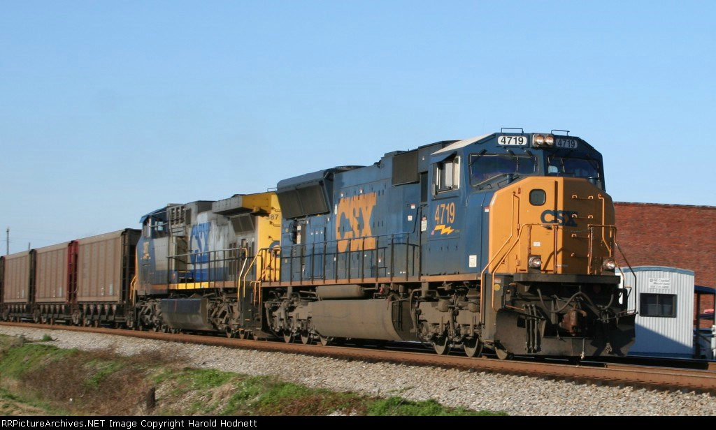 CSX 4719 leads a northbound coal train