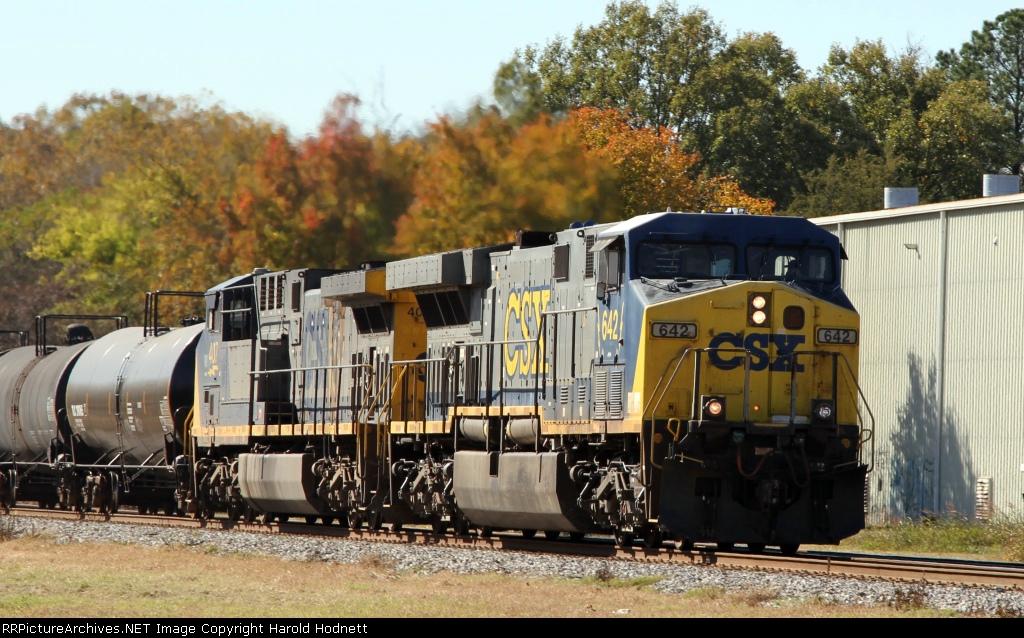 CSX 642 leads train Q438 northbound