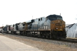 CSX 5427 leads train Q400 northbound