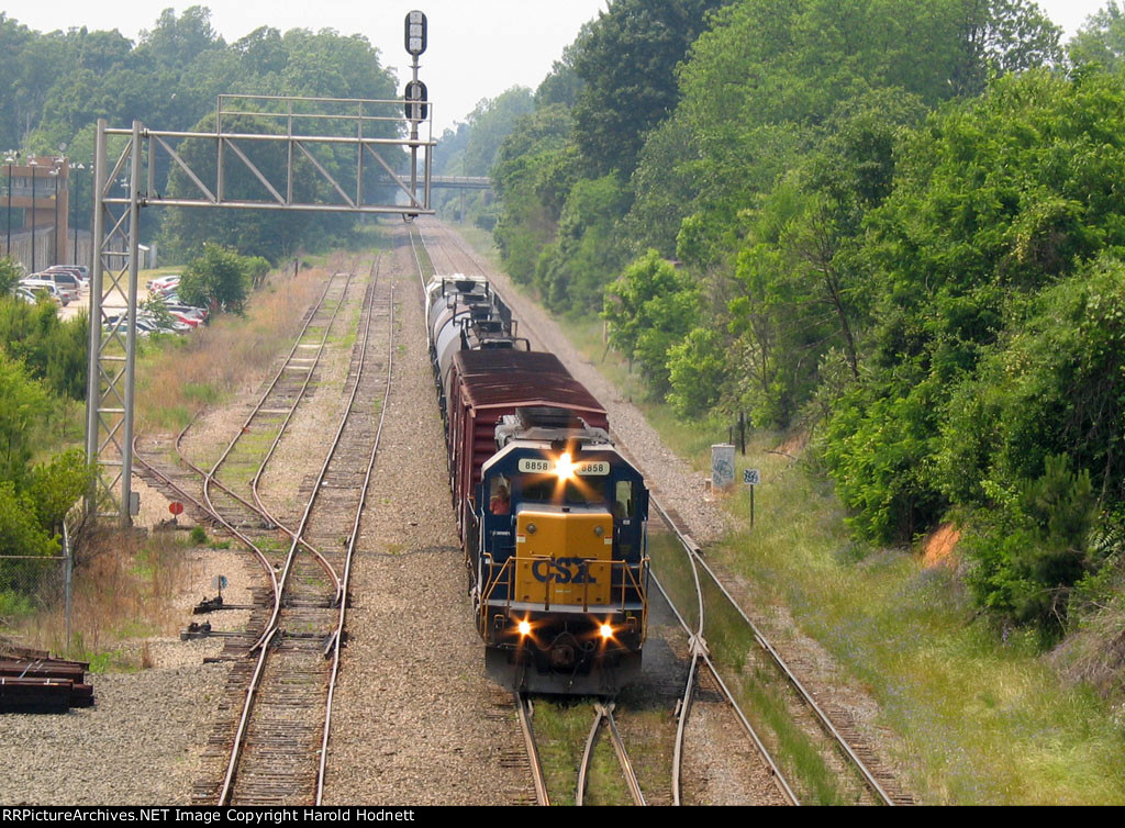 CSX 8858 leads a short train at Boylan