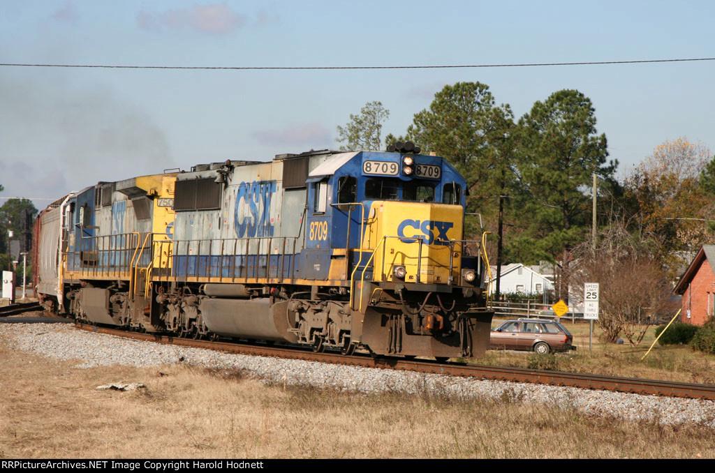 CSX 8709 leads a train northbound