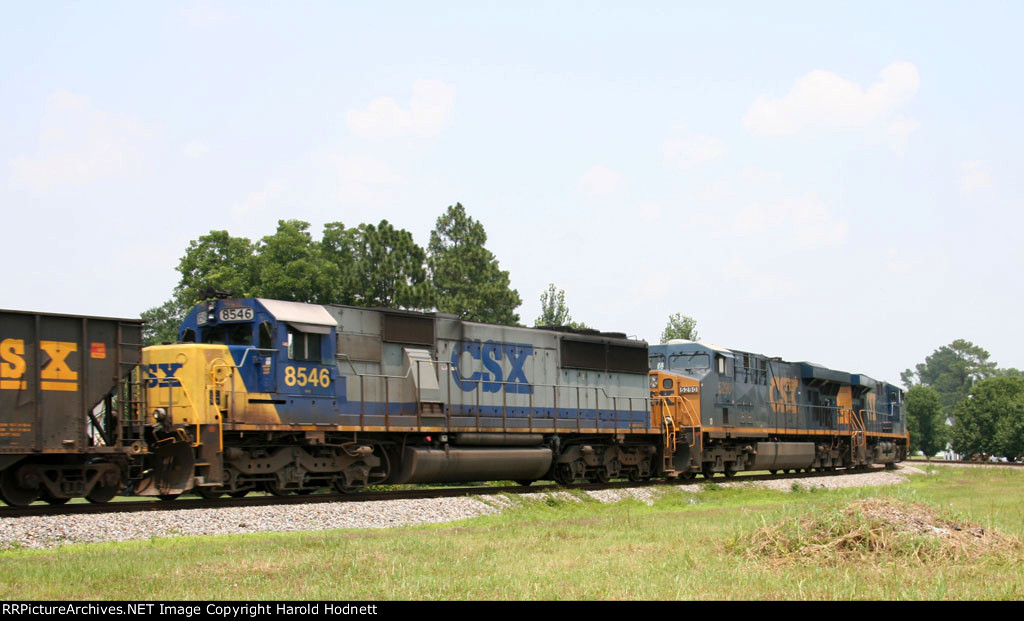 CSX 8546 heads north on train Q470