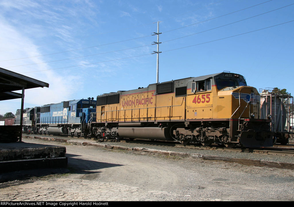 UP 4655 leads NS train 350 through Glenwood Yard