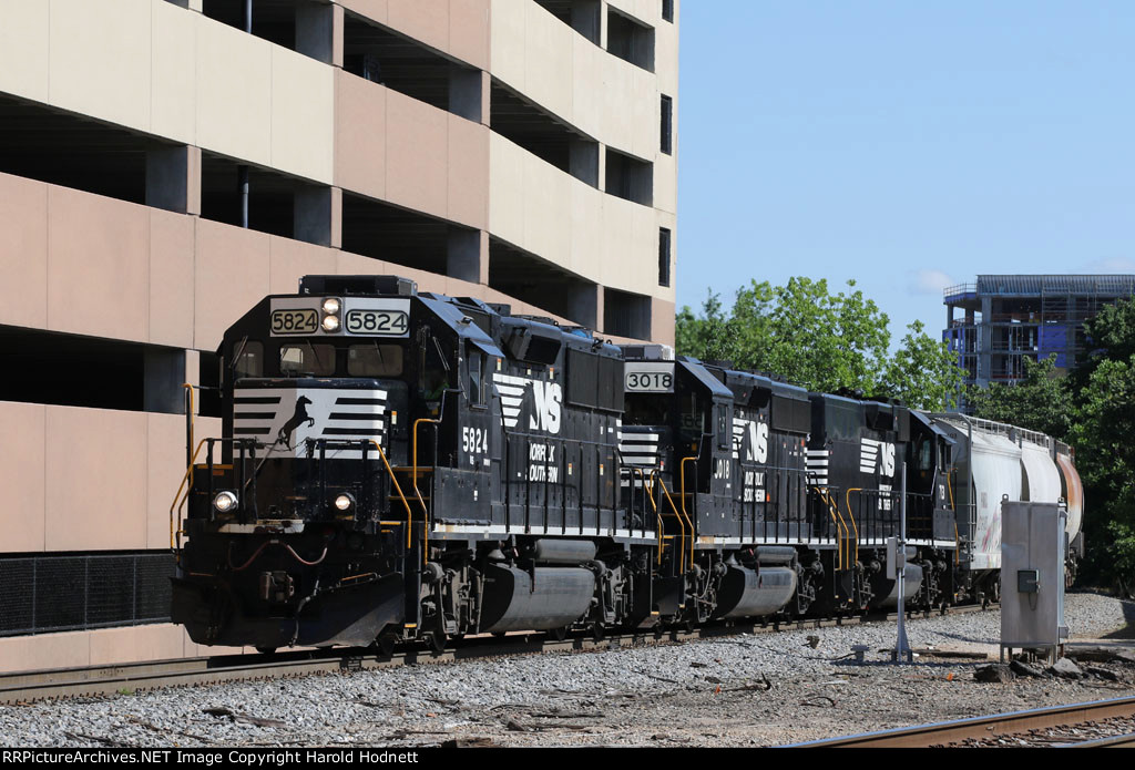 NS 5824, 3018, & 713 bring train E60 to Southern Junction
