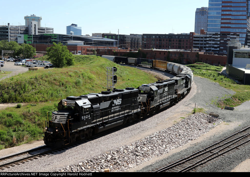 NS 5824 leads train E60 around the curve at Boylan