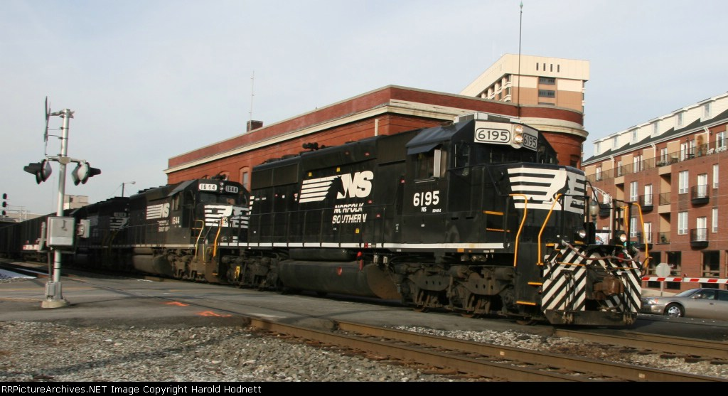 NS 6195 leads train 158 northbound at Elm