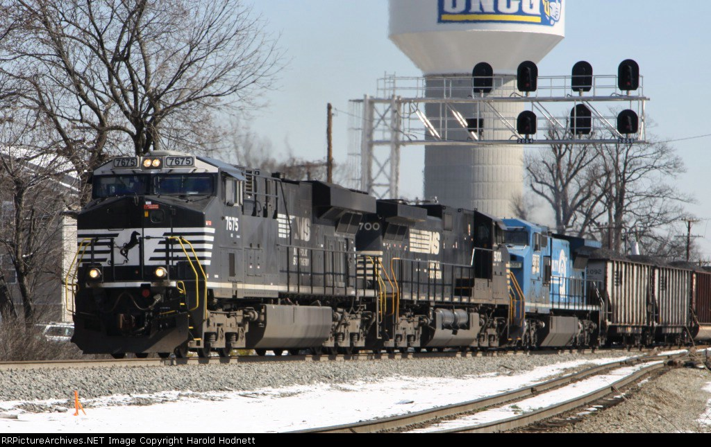 NS 7675 leads train 72Q past the signals at Aycock