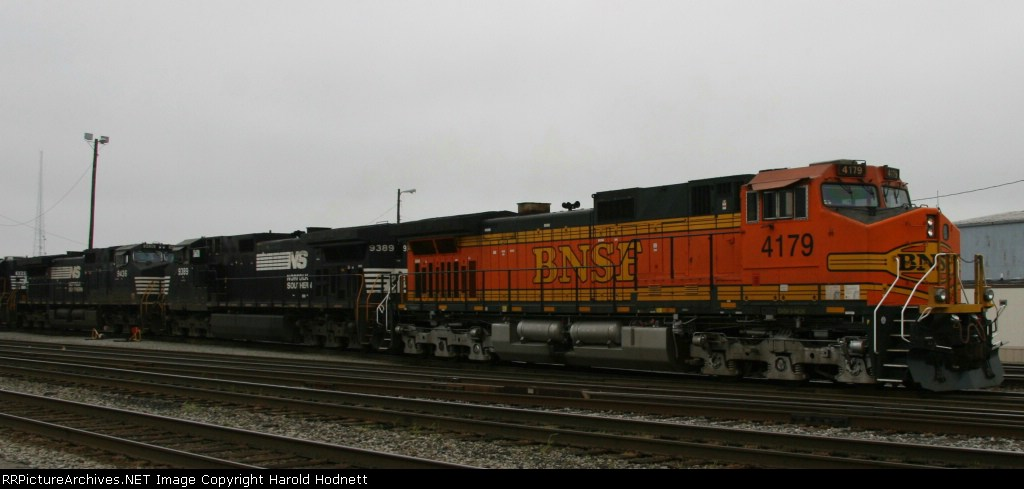 BNSF 4179 leads train 218 through Pomona Yard