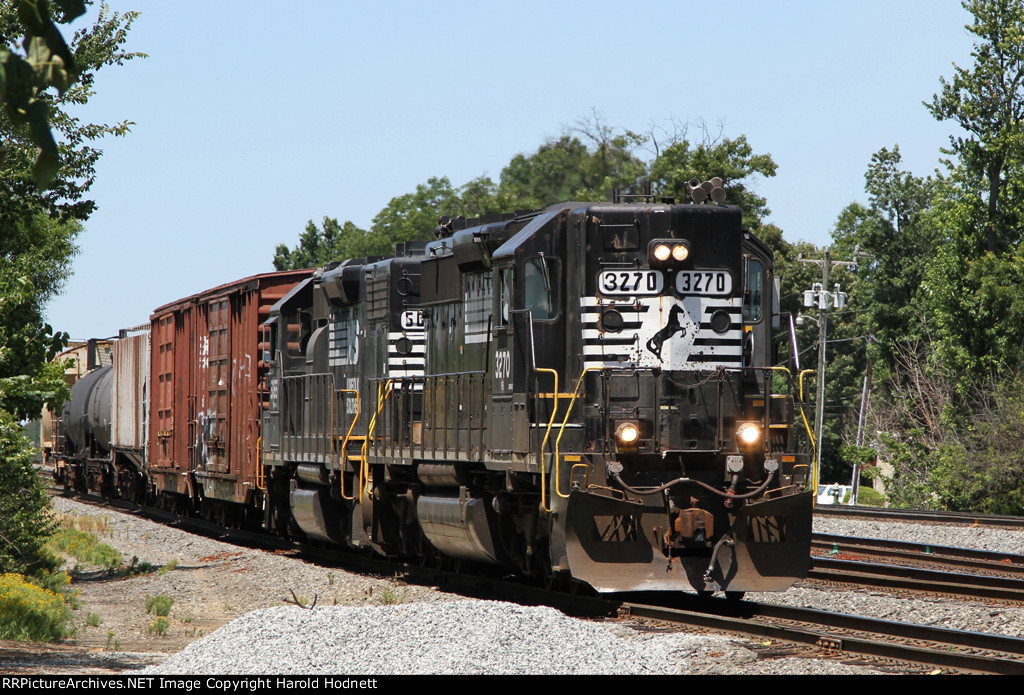 NS 3270 leads train P10 down the lead towards Elm