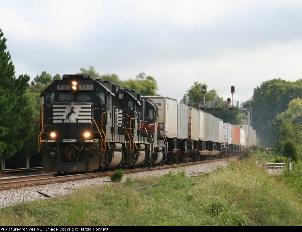 NS 7111 leads train 213 southbound past the signals