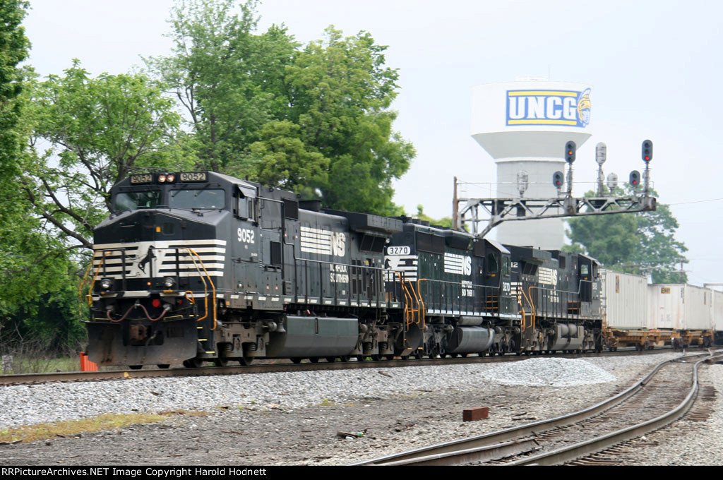 NS 9052 leads train 213 southbound
