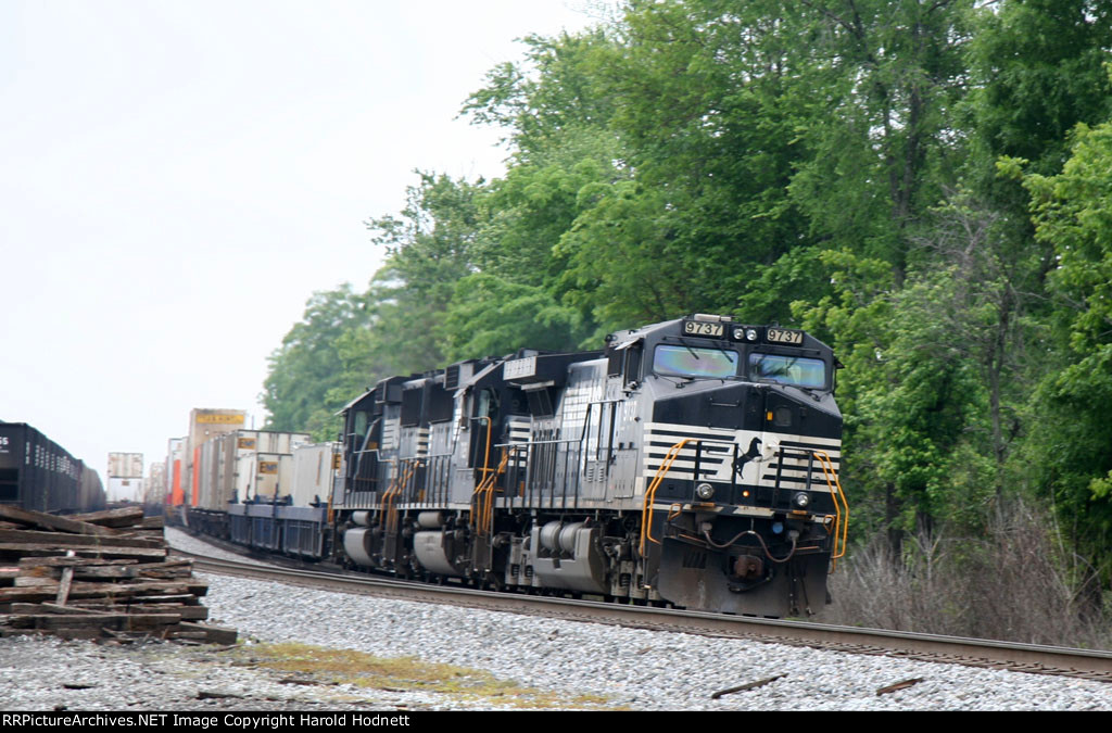 NS 9737 leads train 214 northbound