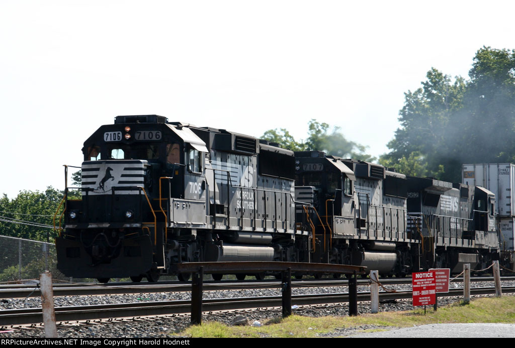 NS 7106 leads train 213 southbound
