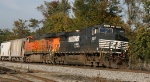 NS 9517 leads a BNSF unit northbound on train 158