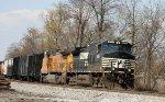 NS 9451 & UP 9399 head northbound