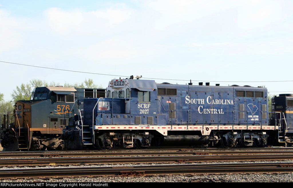 SCRF 2027 passes CSX 576 in the yard