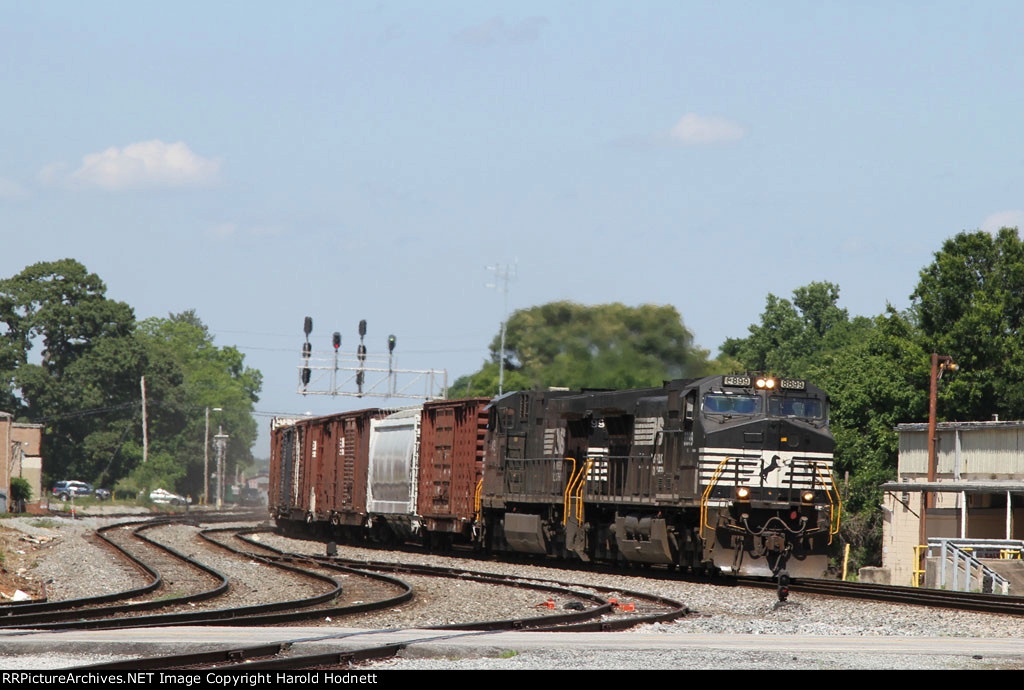 NS 8899 leads train 337 southbound