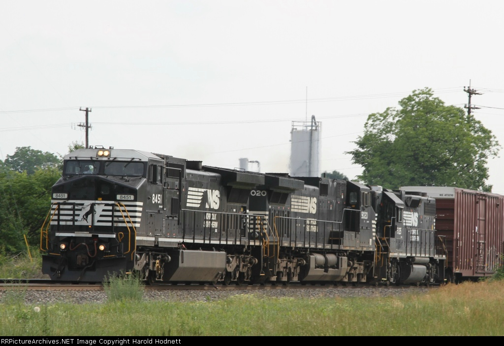 NS 8451 leads train 156 northbound