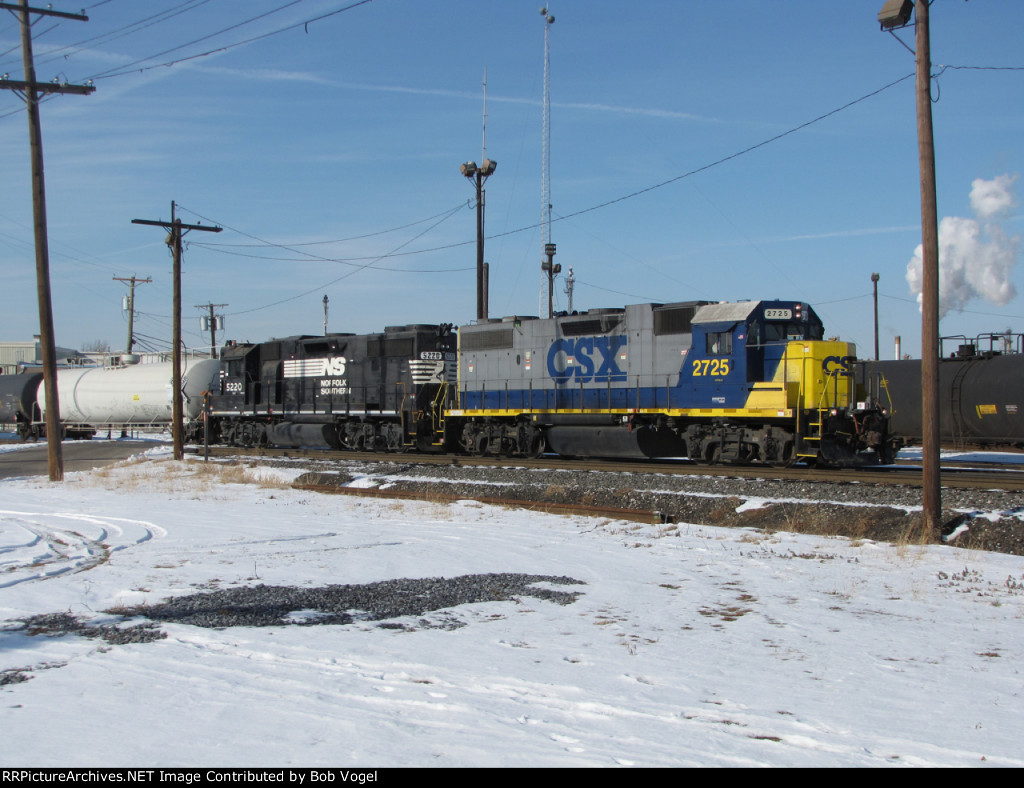 CSX 2725 and NS 5220