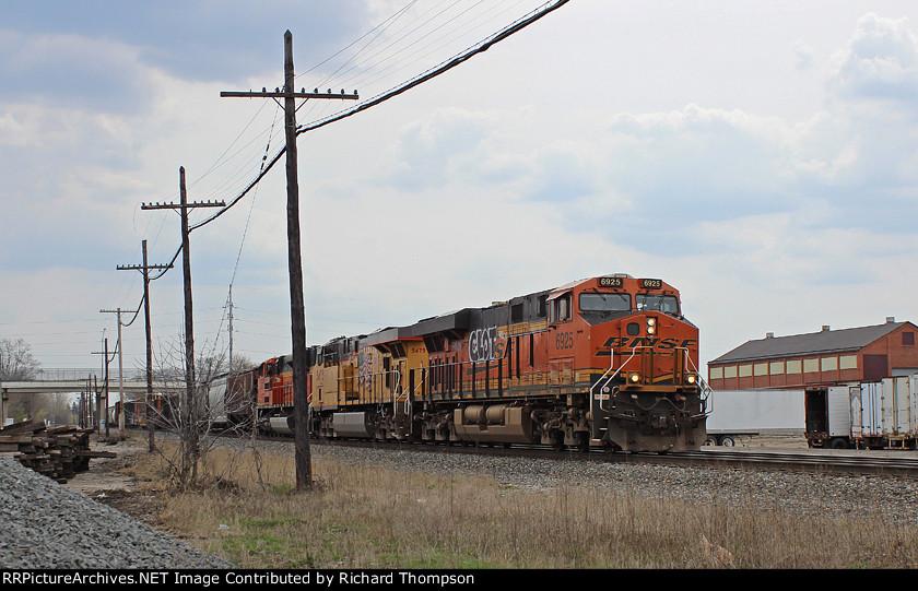 BNSF 6925 on CSX Q636-17