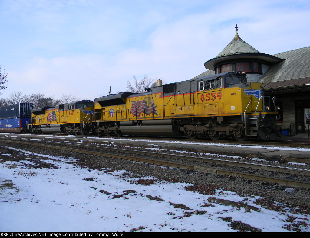 UP 8559 Leads the KOAMN
