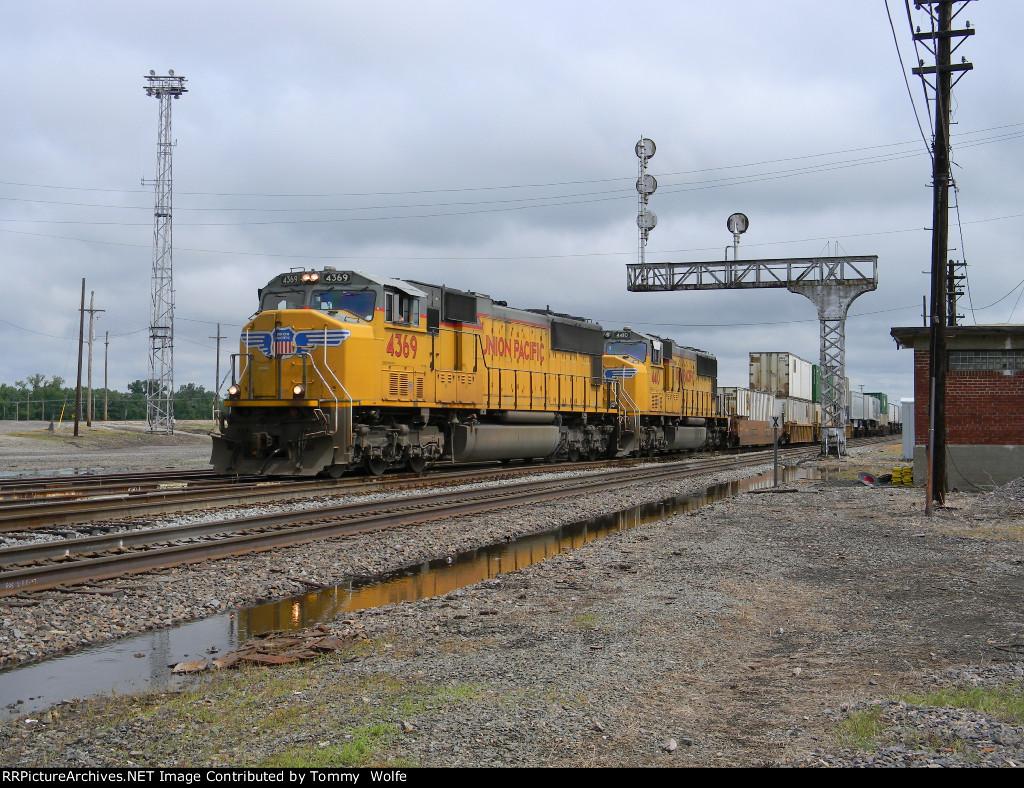 UP 4369 Leads UP train ZYCHOB